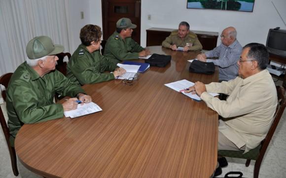 Recorre Raúl cuatro provincias para constatar daños dejados por Sandy y las intensas lluvias